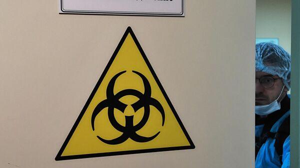 Медицинский работник в отделении для людей с подозрением на коронавирус в Боткинской больнице в Санкт-Петербурге