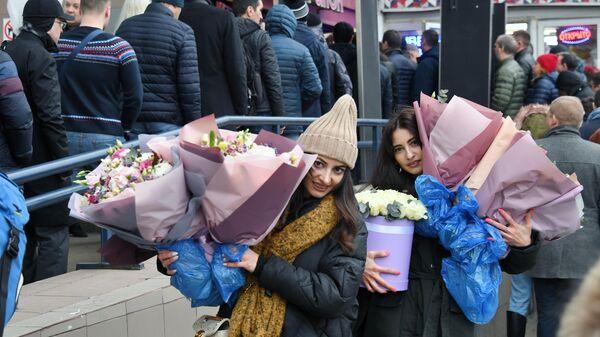 Покупательницы с цветами на Рижском рынке в Москве