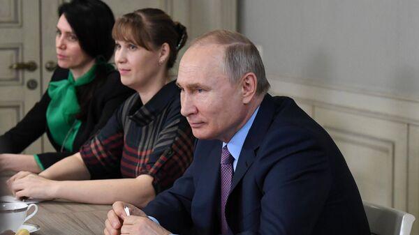 Президент РФ Владимир Путин во время встречи с представителями общественности Ивановской области