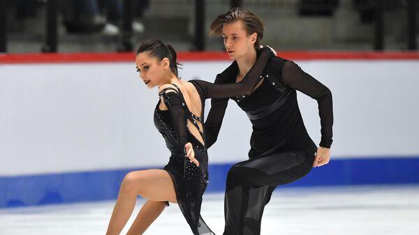 Елизавета Шанаева и Дэвид Нарижный (Россия) выступают в произвольной программе танцев на льду на чемпионате мира по фигурному катанию среди юниоров в Таллине.