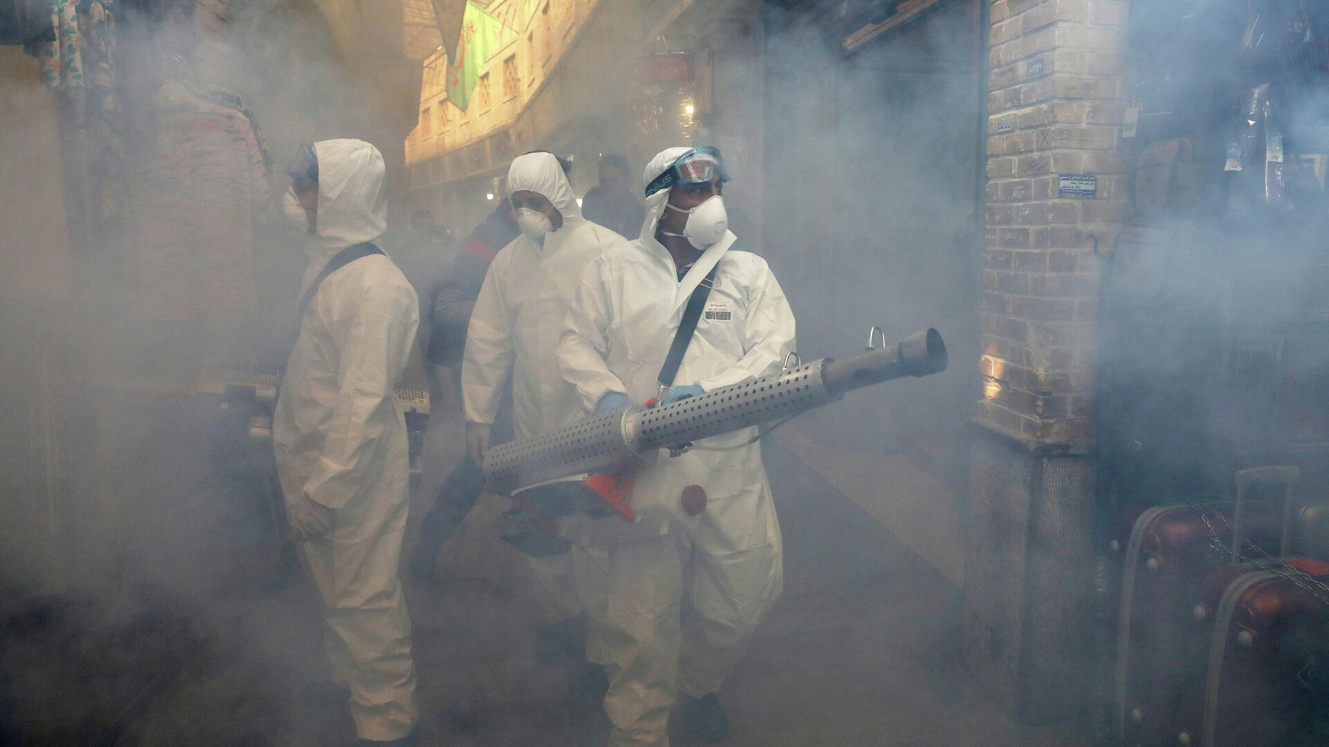 Пожарные распыляют дезинфицирующее средство в Тегеране, Иран - РИА Новости, 1920, 13.04.2021