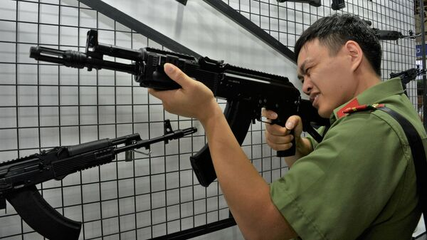 Посетитель осматривает автомат Калашникова АК-204 на 1-й Международной оборонной выставке в Ханое