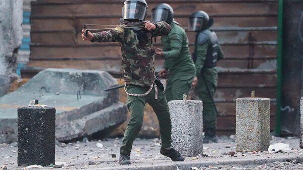 Сотрудники полиции во время столкновений с участниками антиправительственной акции протеста в Багдаде, Ирак