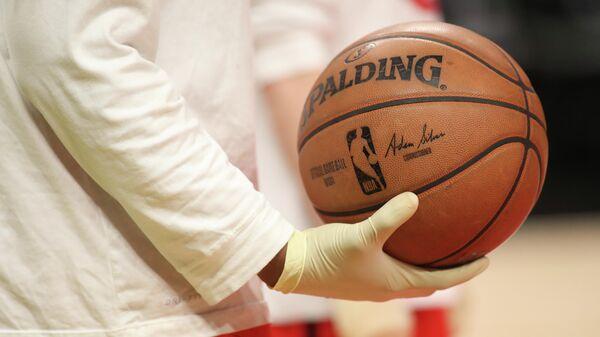 Баскетбольный мяч НБА перед игрой между Атлантой Хоукс и Шарлотт Хорнетс