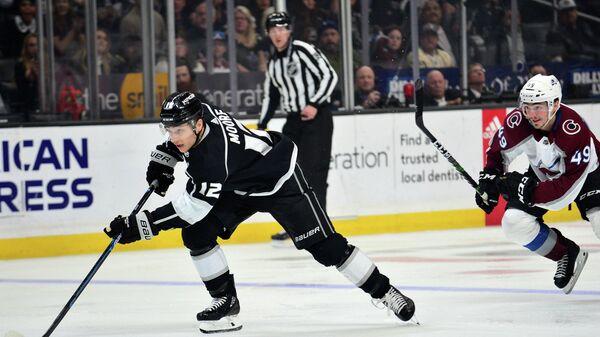 Нападающий Лос-Анджелес Кингз Тревор Мур в матче НХЛ против Колорадо Эвеланш