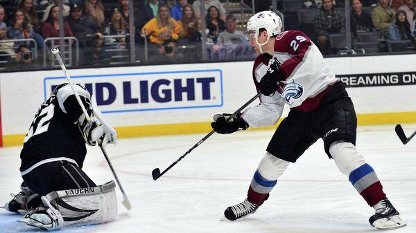 Нападающий Колорадо Эвеланш Нэтан Маккиннон в матче НХЛ против Лос-Анджелес Кингз