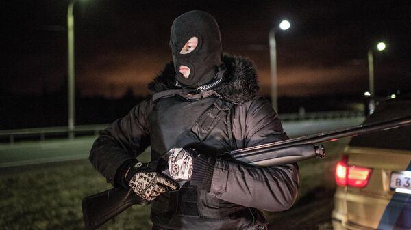 Участник рейда во время поиска участников банды ГТА