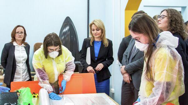 Олеся Беленькая во время посещения детского технопарка