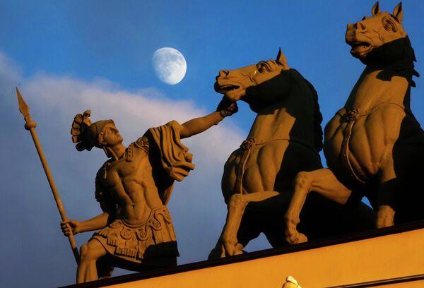 Луна в небе над Дворцовой площадью в Санкт-Петербурге
