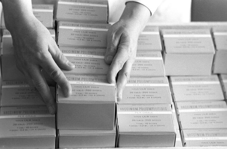 Упаковка вакцины в Институте полиомиелита и вирусных энцефалитов АН СССР имени М.П. Чумакова