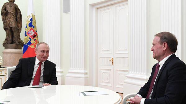 Президент РФ Владимир Путин и глава политсовета украинской партии Оппозиционная платформа - За жизнь Виктор Медведчук во время встречи