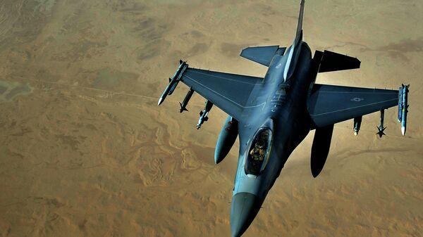 Истребитель ВВС США F-16 над территорией Ирака
