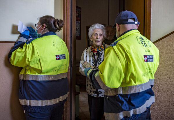 Сотрудники социальной службы доставляют продукты людям пожилого возраста для предотвращения распространения инфекции