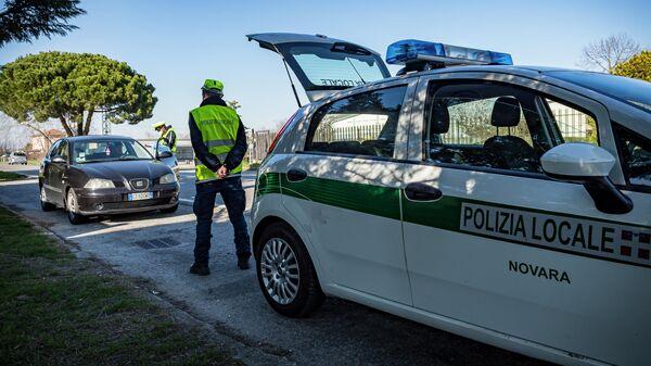 Сотрудники полиции на контрольно-пропускном пункте в Новаре