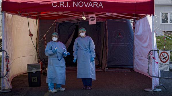Сотрудники Красного креста Италии в пункте медицинского осмотра в городе Новара