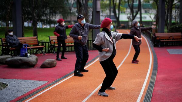 Люди в защитных в парке в Шанхае