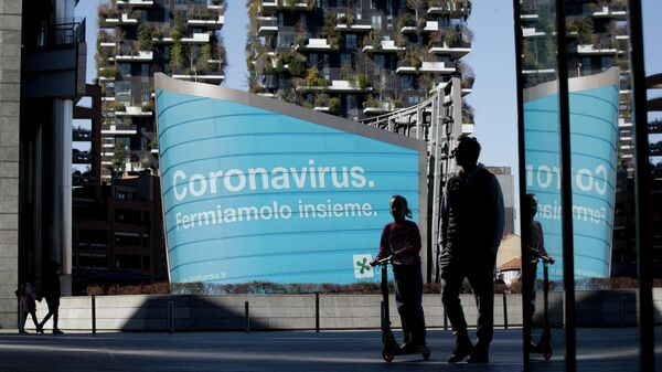 Наружная реклама со слоганом Коронавирус. Остановим его в регионе Ломбардия, Италия