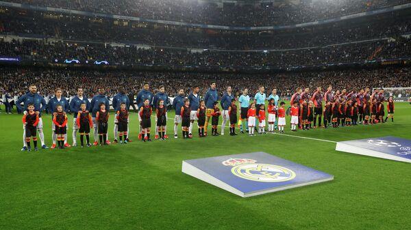 Футболисты мадридского Реала и Манчестер Сити перед началом матча