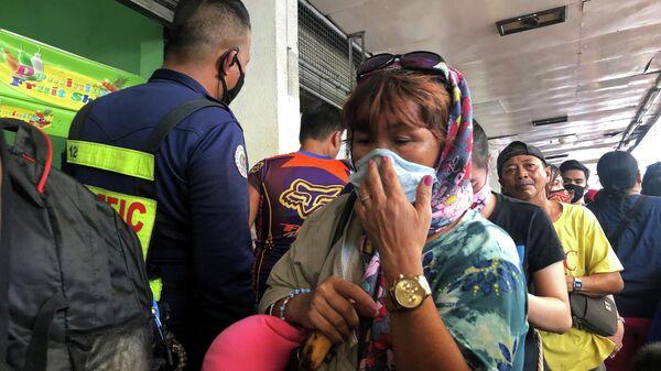 Женщина в очереди на автовокзале  города Кубао, Филиппины. 13 марта 2020