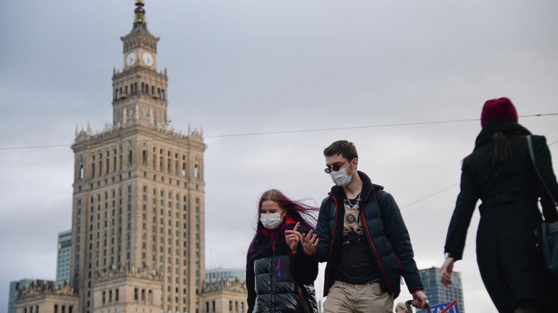 Прохожие в медицинских масках на улице в Варшаве - РИА Новости, 1920, 12.01.2021