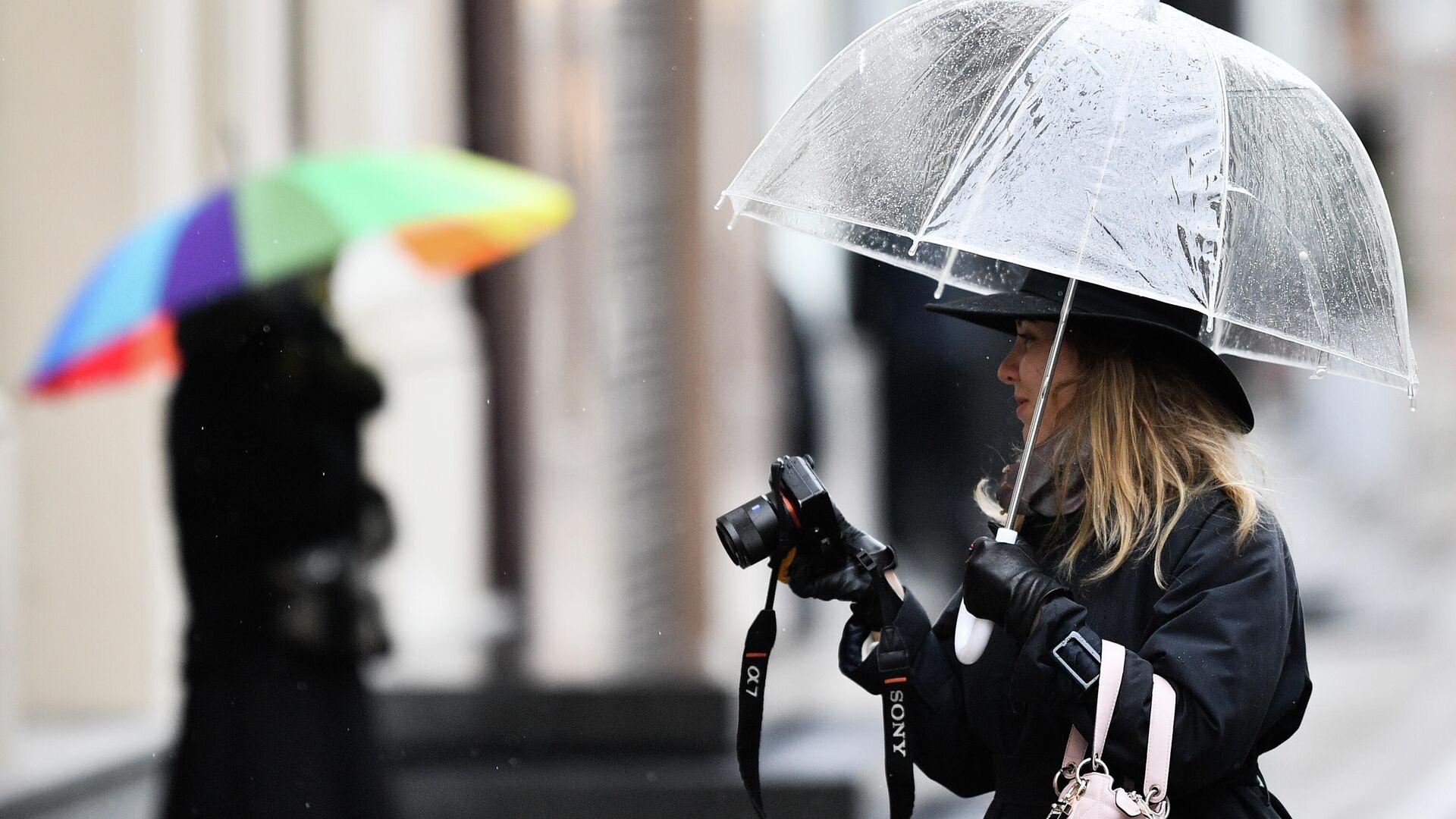 Девушка с фотокамерой во время пасмурной погоды в Москве - РИА Новости, 1920, 16.10.2020