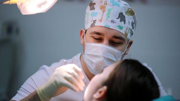 Стоматолог во время приема пациента