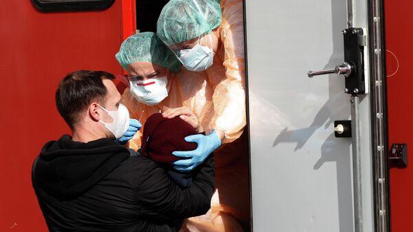 Медицинские работники берут пробу на коронавирус у ребенка в Праге, Чехия
