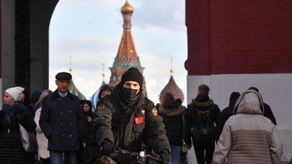 Люди проходят через Воскресенские ворота в Москве