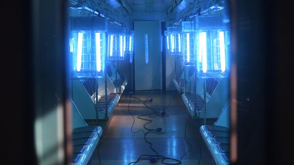 Бактерицидные лампы в вагоне Московского метрополитена в депо Свиблово во время санитарной обработки вагонов в рамках профилактики коронавируса
