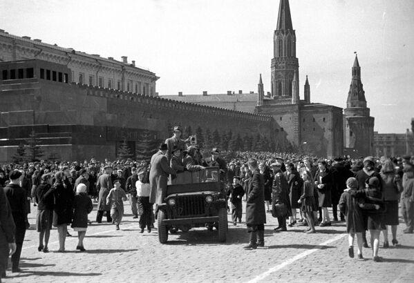 Приезд кинохроники на Красную площадь в День Победы, 9 мая 1945 года