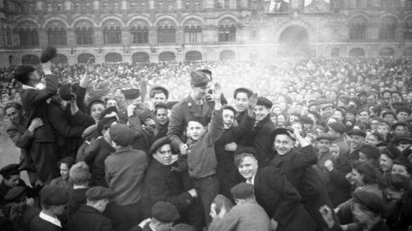Окончание Великой Отечественной войны 1941 - 1945 гг. Москвичи на Красной площади в День Победы 9 мая 1945 года