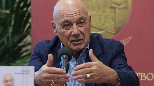Журналист, телеведущий и писатель Владимир Познер на презентации своей книги Прощание с иллюзиями в магазине Библио-Глобус в Москве
