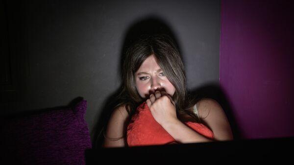 Девушка смотрит ночью фильм на ноутбуке