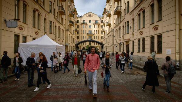 Прохожие на улице Рубинштейна в Санкт-Петербурге