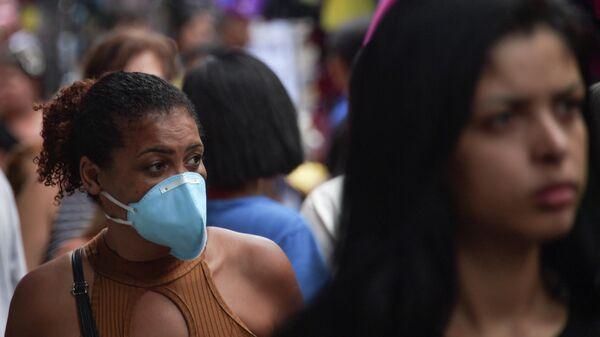 Прохожий в защитной маске в центре  в центре Сан-Паулу, Бразилия