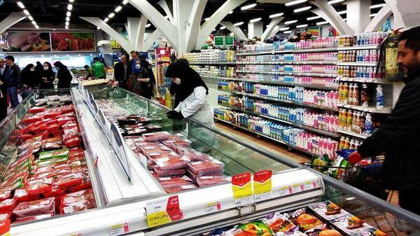 Покупатели в одном из супермаркетов Тегерана, Иран