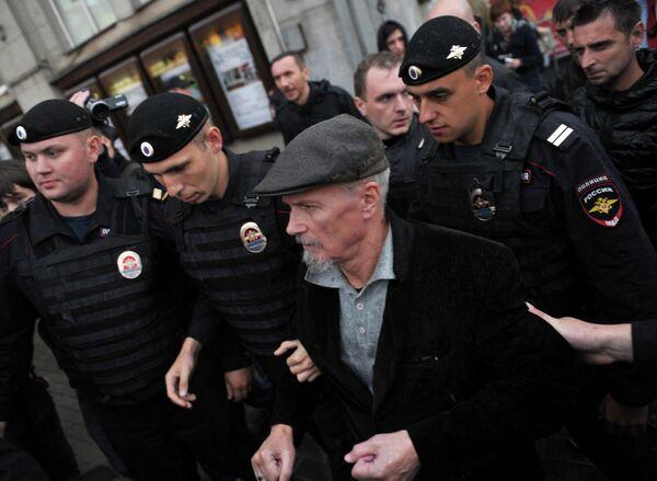Сотрудники правоохранительных органов задерживают лидера незарегистрированной партии Другая Россия, писателя Эдуарда Лимонова во время акции Стратегия-31 на Триумфальной площади в Москве