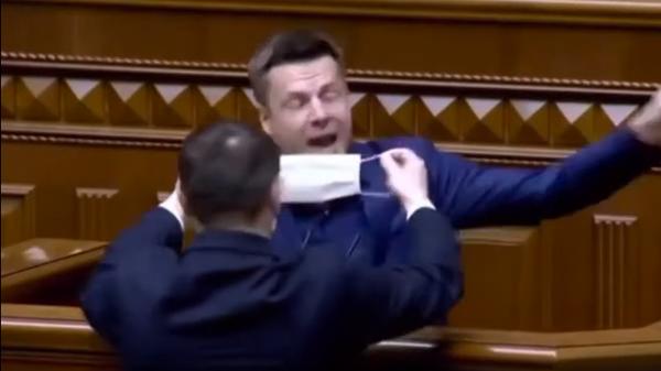 Стороннику Порошенко попытались заткнуть рот медицинской маской во время выступления в Раде
