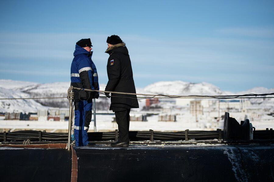 Командир атомной подводной лодки Северодвинск на верхней палубе
