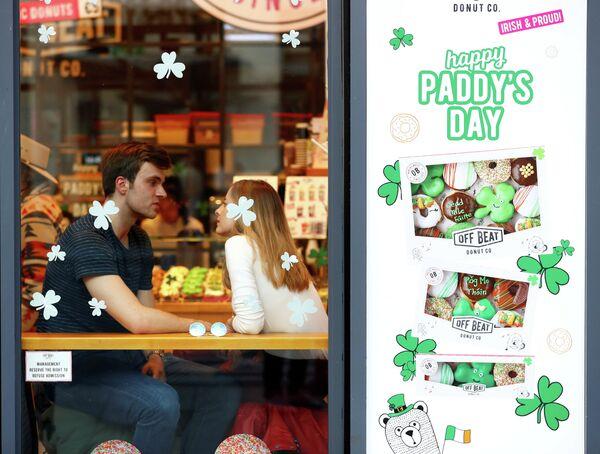 Люди в магазине в Дублине в День Святого Патрика