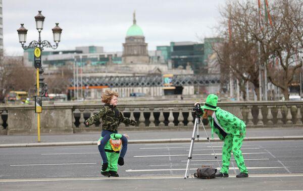 Люди фотографируются в центре Дублина в День святого Патрика