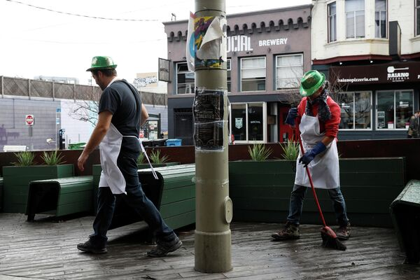 Сотрудники ресторана в День святого Патрика в Сан-Франциско