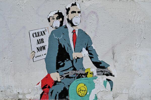 Граффити на стене возле Колизея в центре Рима
