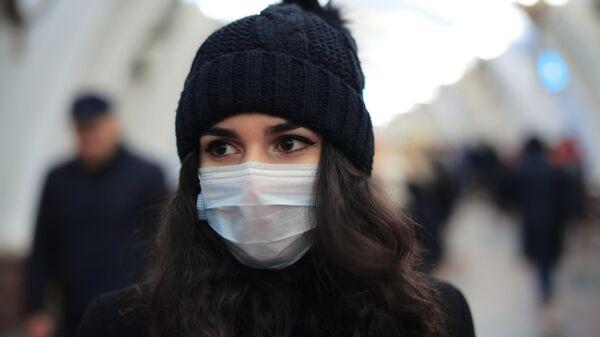 Девушка в защитной маске в метро