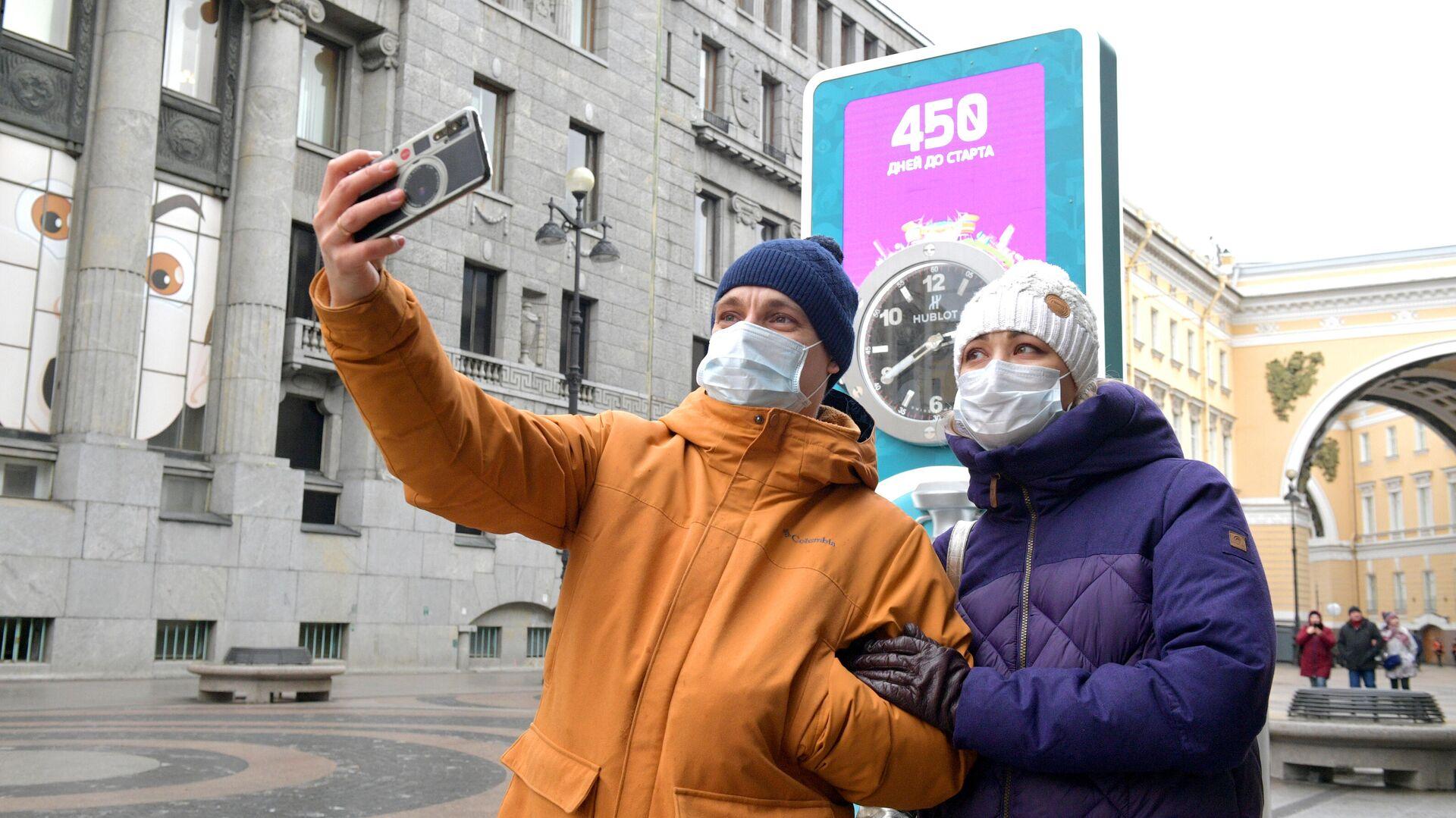 Молодые люди в защитных масках в Санкт-Петербурге - РИА Новости, 1920, 31.03.2021