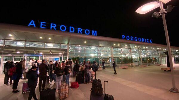 Черногория. Аэропорт Подгорицы. Россияне в очереди на вход 18 марта 2020