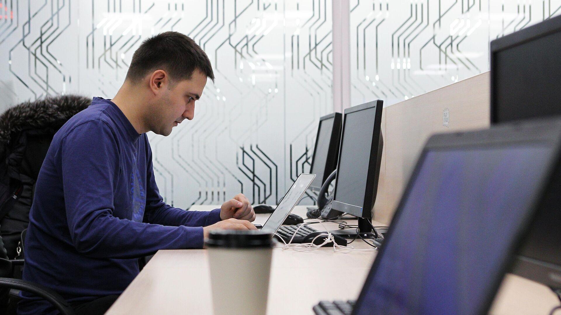 Мужчина работает за компьютером - РИА Новости, 1920, 01.07.2021