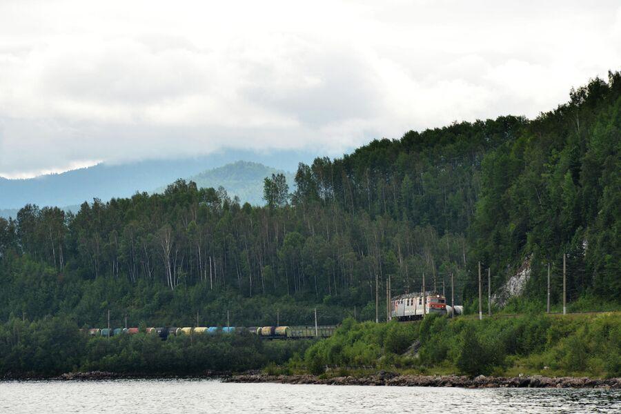 Транссибирская железнодорожная магистраль вдоль озера Байкал.