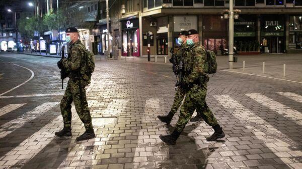 Военные патрулируют улицы во время комендантского часа в Белграде