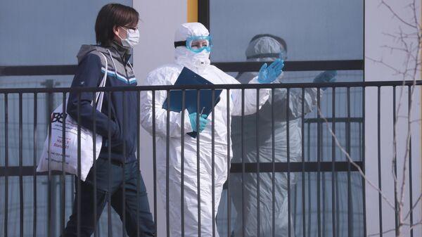 Врачи скорой медицинской помощи доставили пациента с подозрением на коронавирус в больницу в Коммунарке